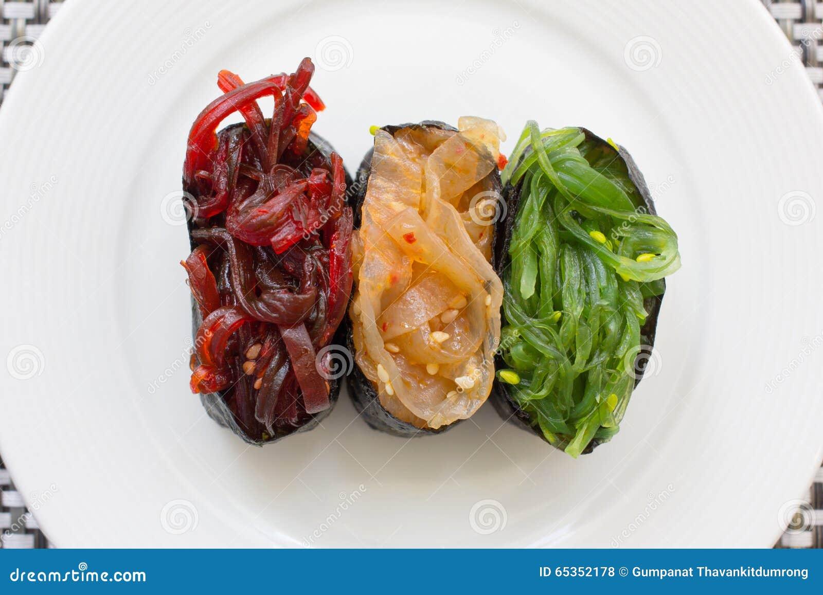 la valle del silenzio Sushi-un-piatto-bianco-alimento-giapponese-delle-meduse-e-dell-alga-65352178