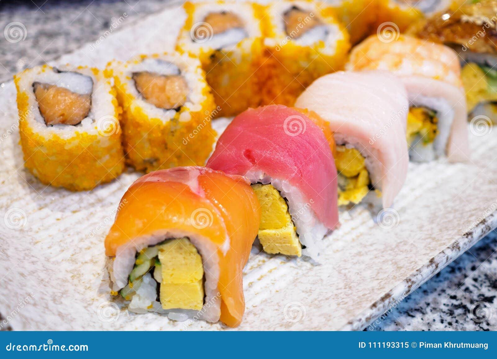 Sushibroodje op plaat wordt geplaatst die