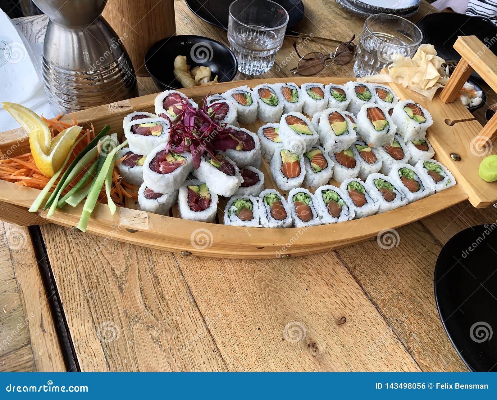 Sushirullar med räkan, avokado, tonfisk, fisk Sushimeny Japansk mat