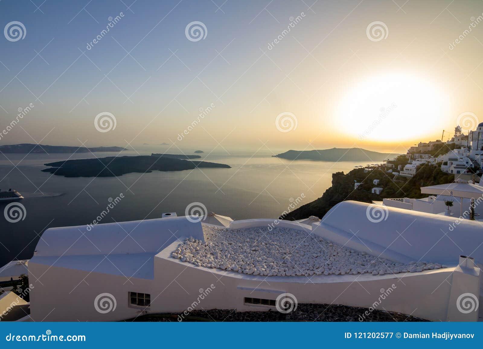 Susnet romantique au-dessus de terrasse, Santorini, Grèce