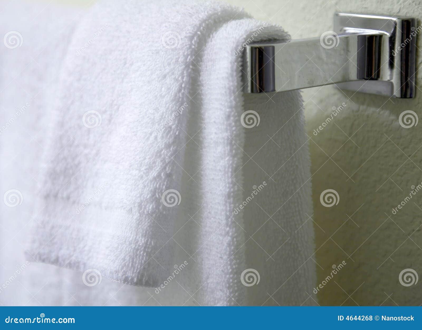 Suspensão branca de toalhas
