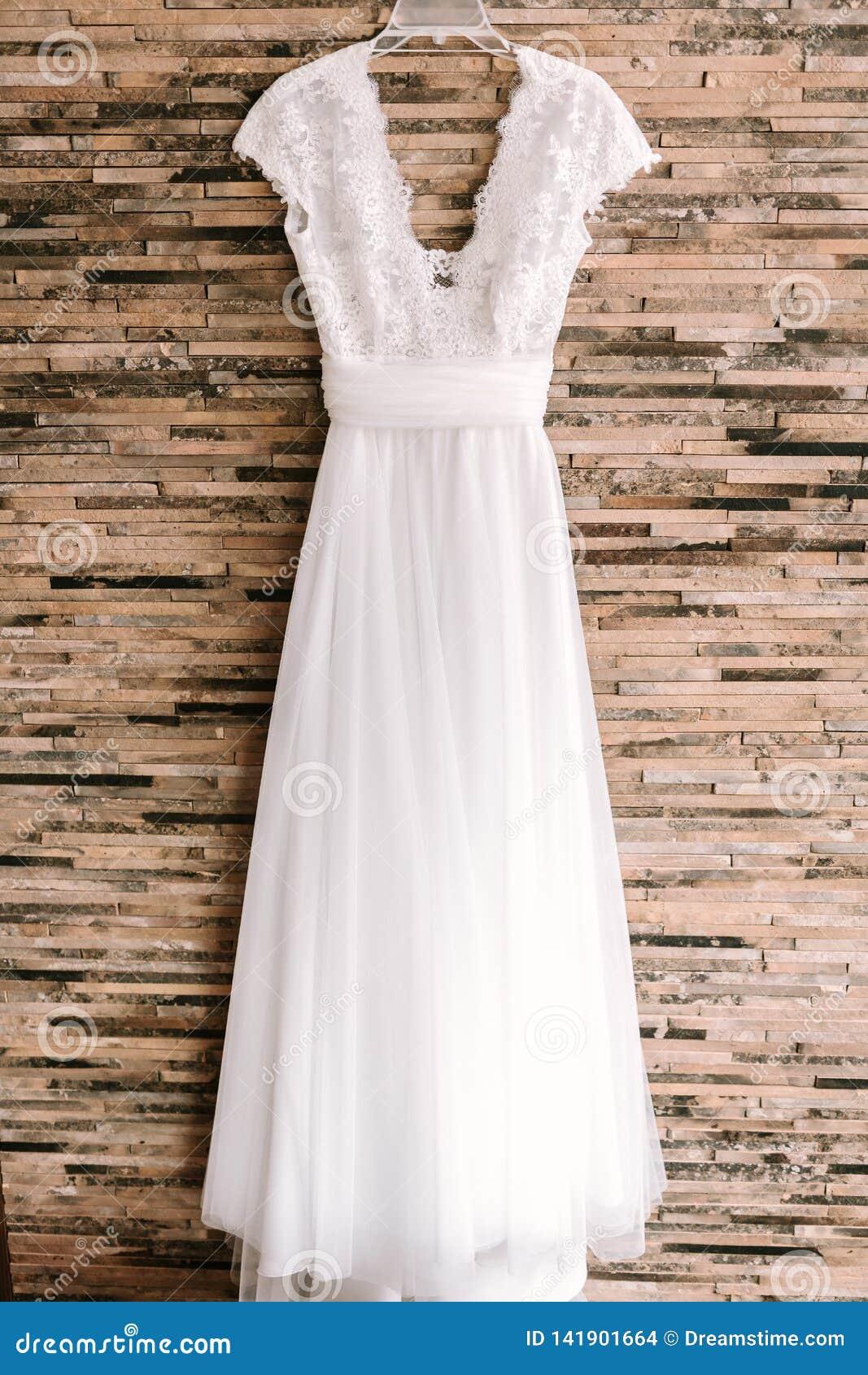 Suspensão branca elegante do vestido de casamento