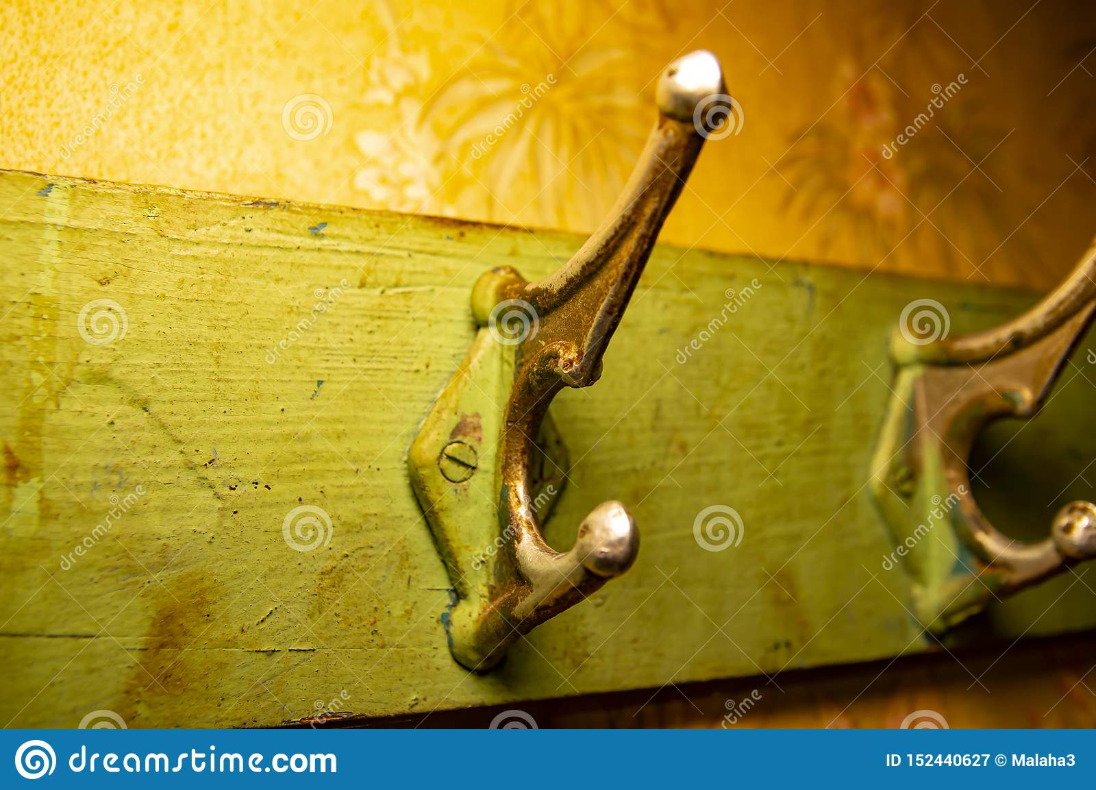 Suspensión de gancho vieja de la capa para la ropa en el tablero de madera