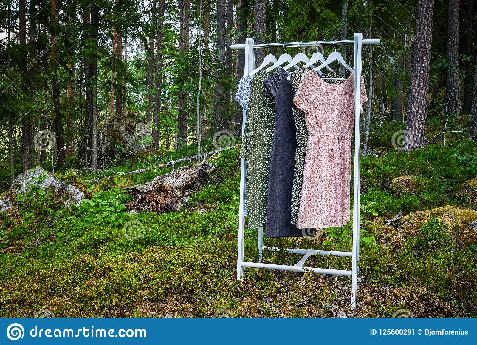 Suspensión de ropa con los vestidos en el bosque