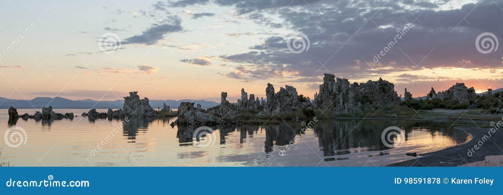Susrise sobre formações litorais do tufo no mono lago