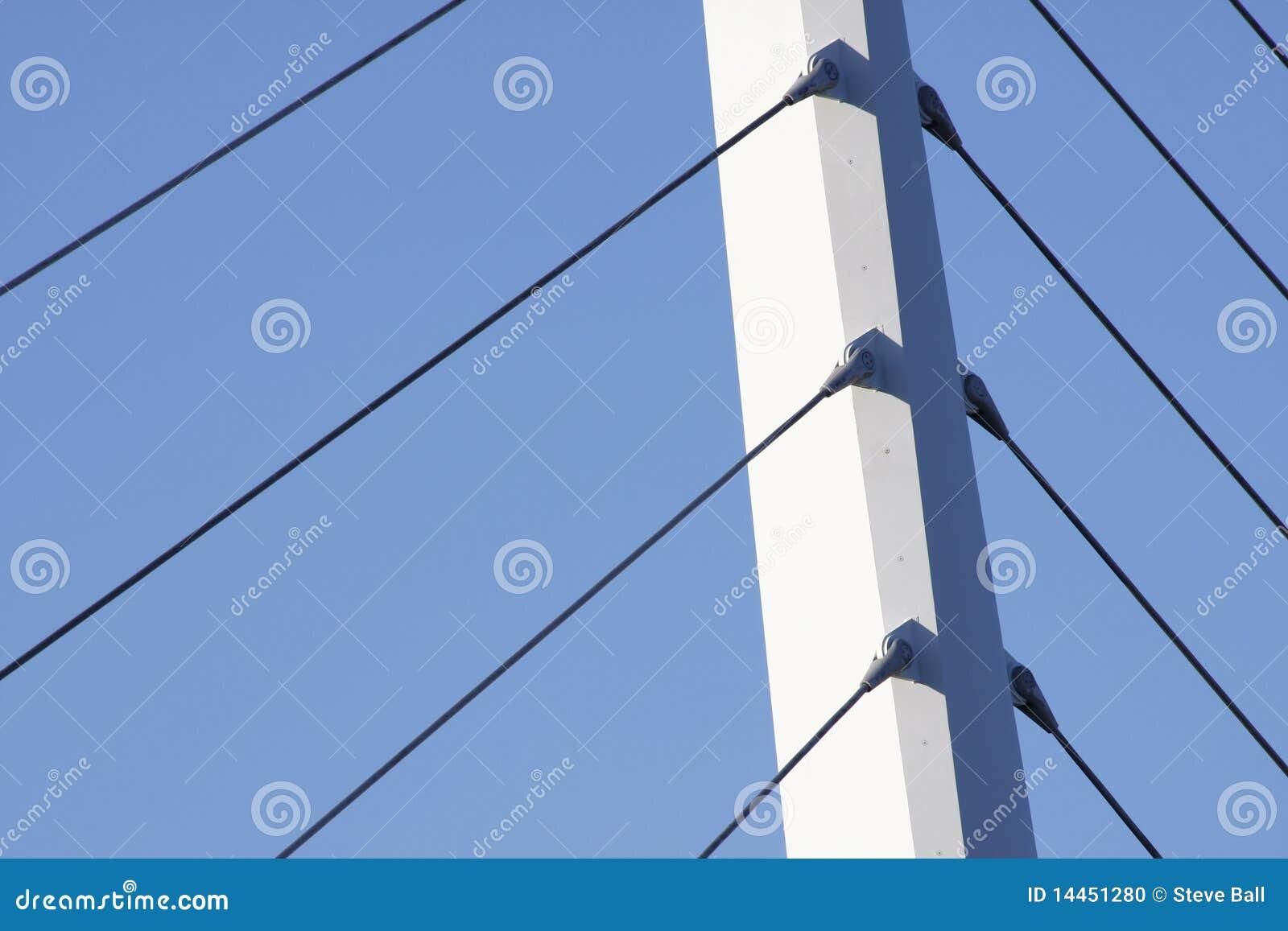 Sustentação da ponte de encontro a um céu azul