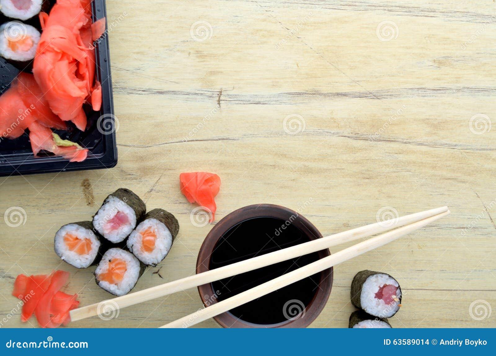 Suszi chopsticks nad soja kumberlandem rzucają kulą, łosoś rolki