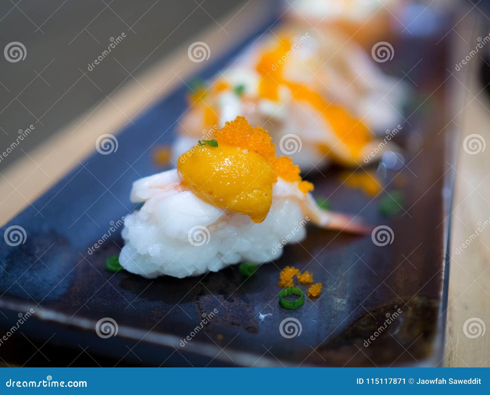 Suszi garneli jajka