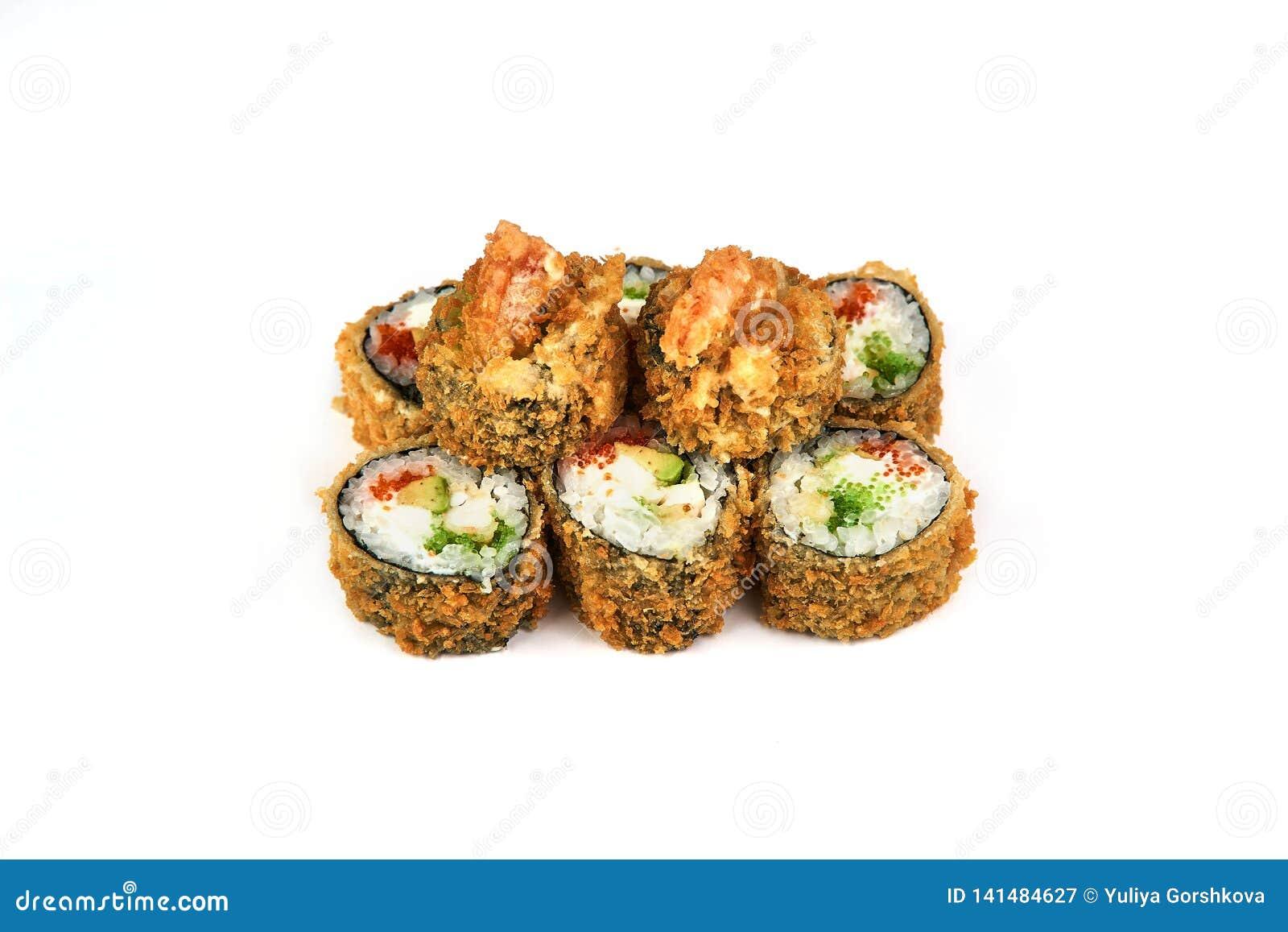 Suszi, gorąca rolka wewnątrz obija białego tło Japoński jedzenie