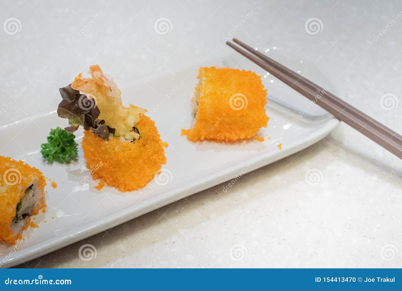 Suszi tempura jajek krewetkowi warzywa na naczyniu z chopsticks na stole Japo?ski jedzenie