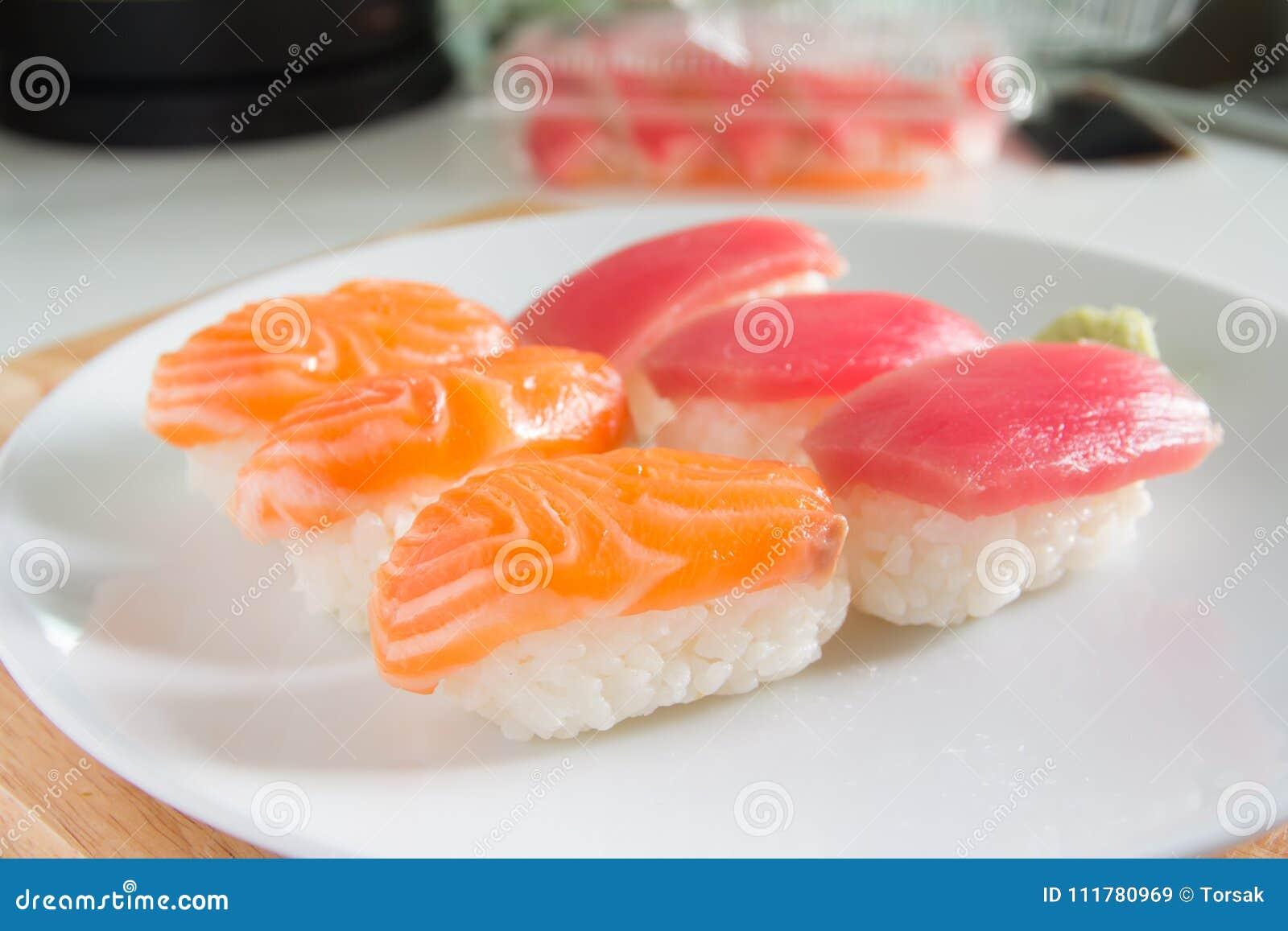 Suszi ustawiający na bielu talerzu Janpan jedzenie