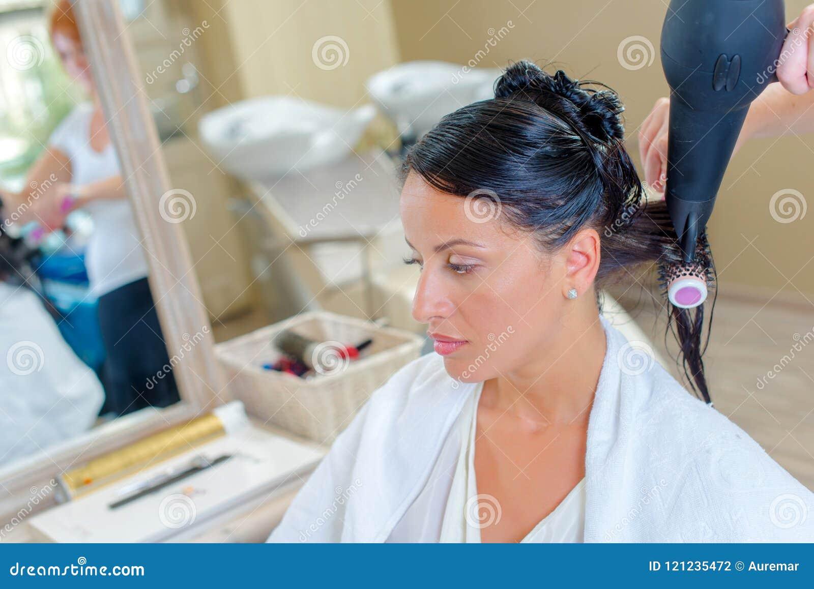 Suszyć klienta ` s włosy
