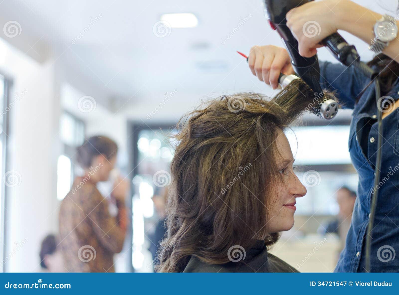Suszy włosy w salonie