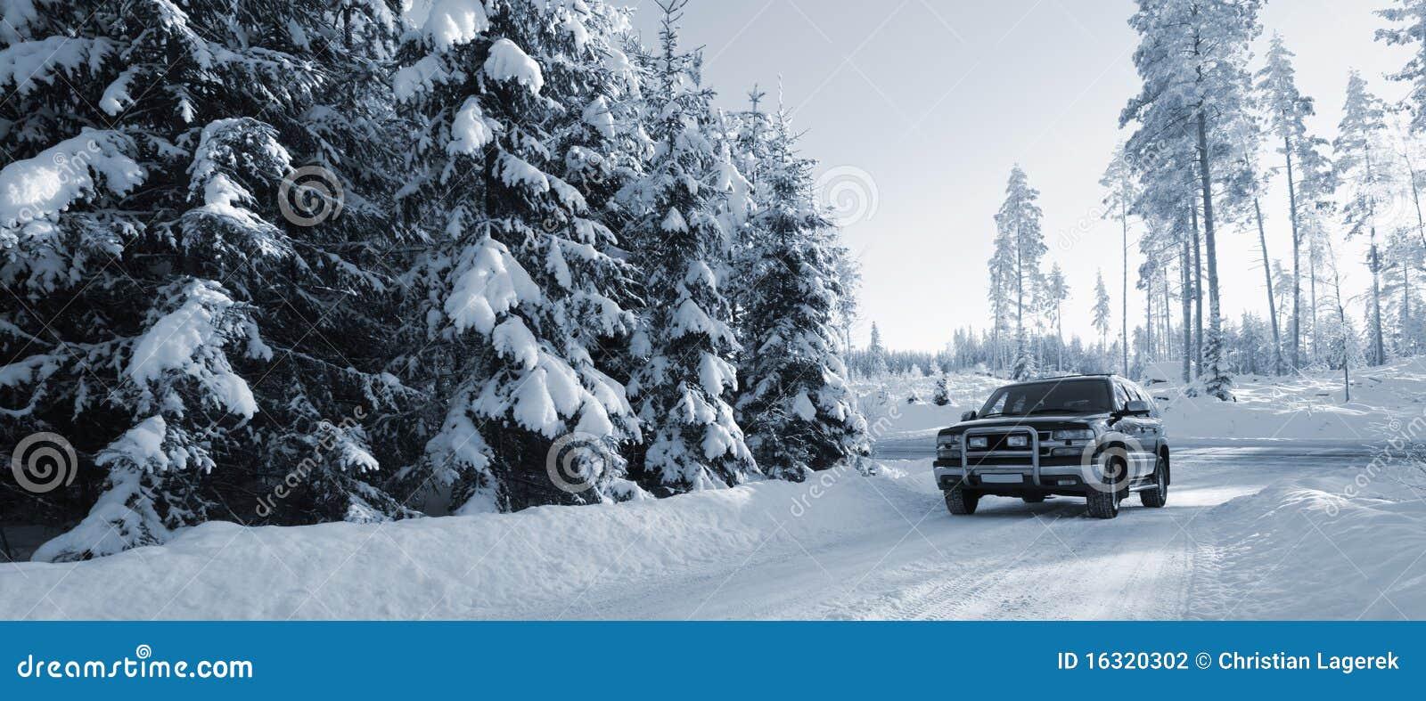 Suv, auto op sneeuwwegen