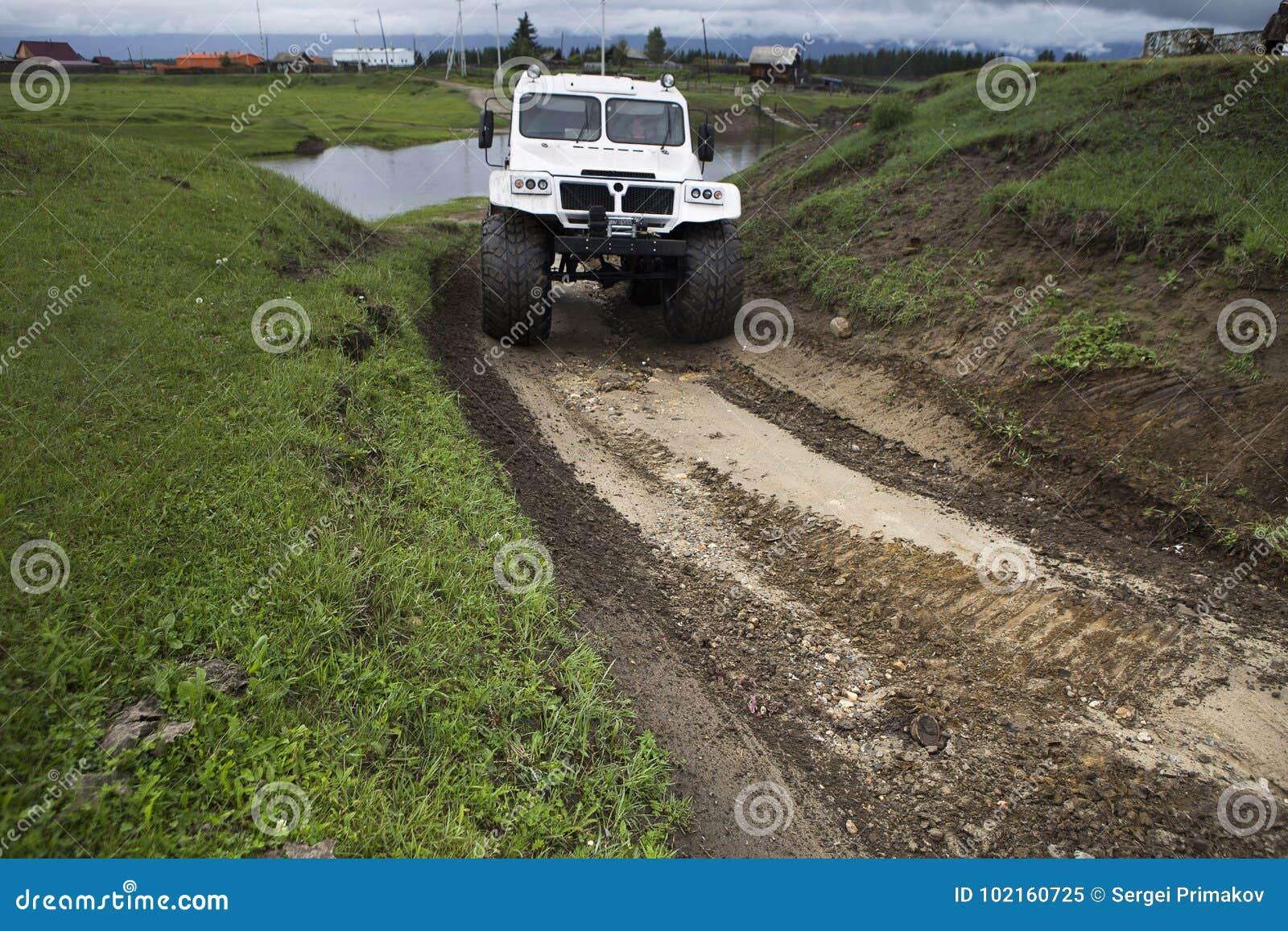 SUV con las ruedas enormes