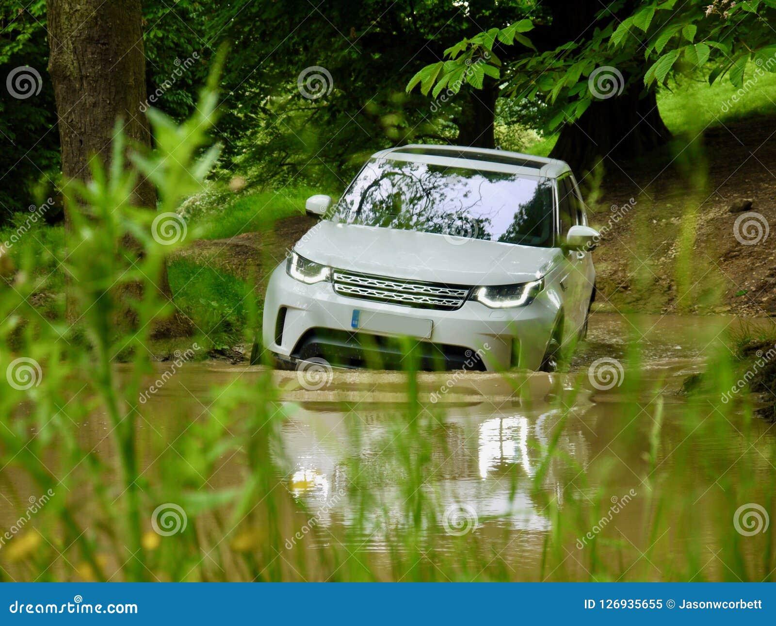 SUV de luxe 4x4 off-roading par un étang