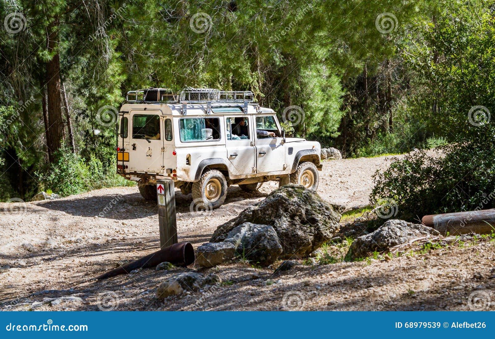 SUV monta en la carretera nacional en el bosque, Israel