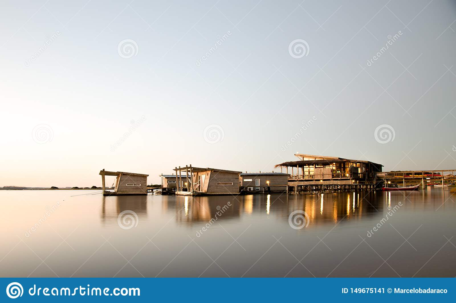 Sväva hotellet i den Garzon lagun