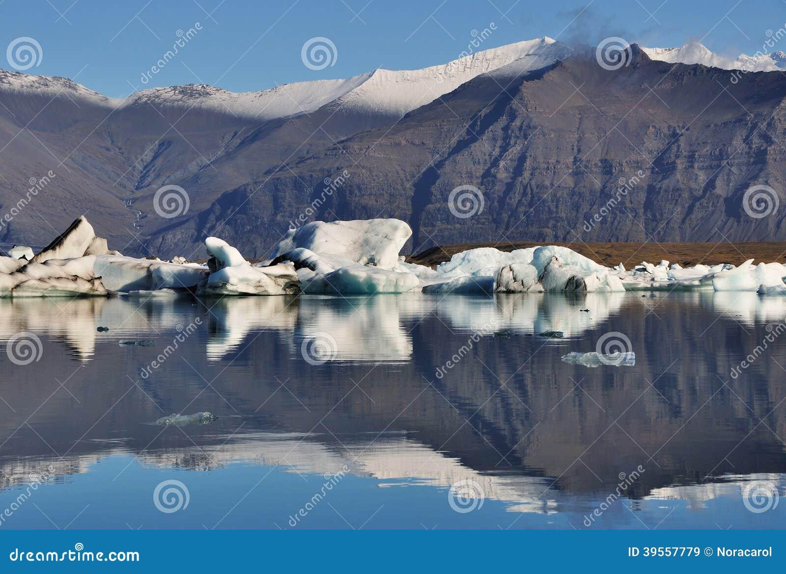 Sväva isberget i den Jokuldarlon lagun