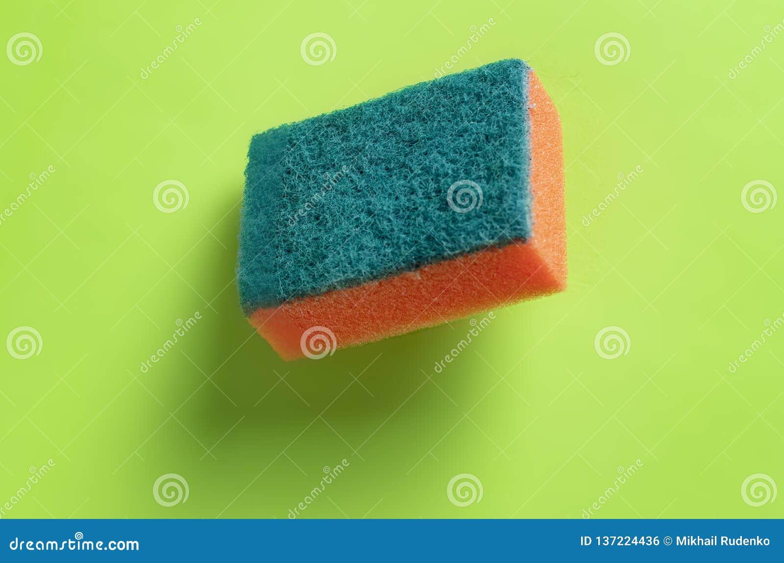 Svamp för tvättande disk som isoleras på färgrik bakgrund b