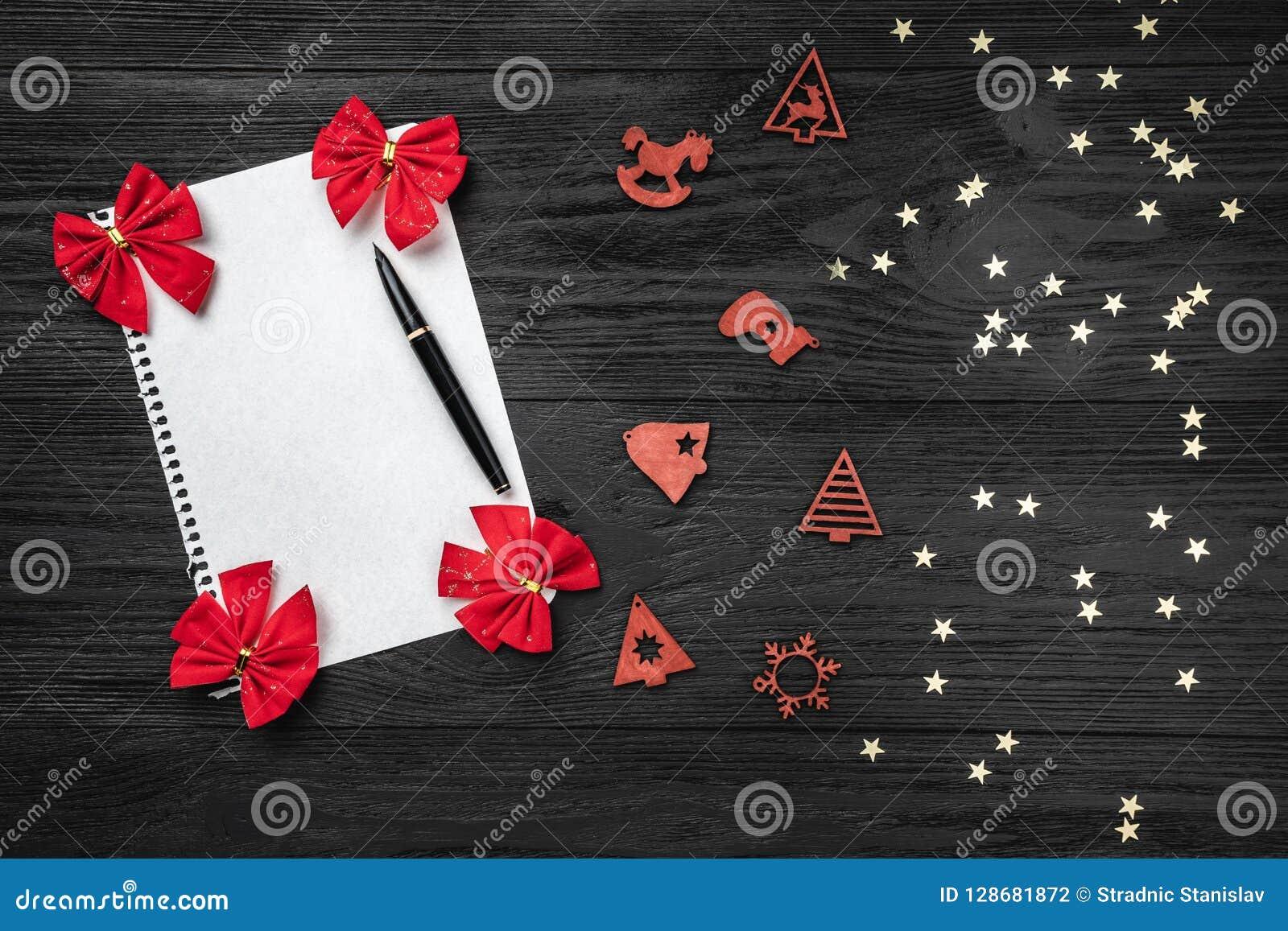 Svart bakgrund av Xmas claus bokstav santa Leksaker och röda leksaker Utrymme för text Top beskådar