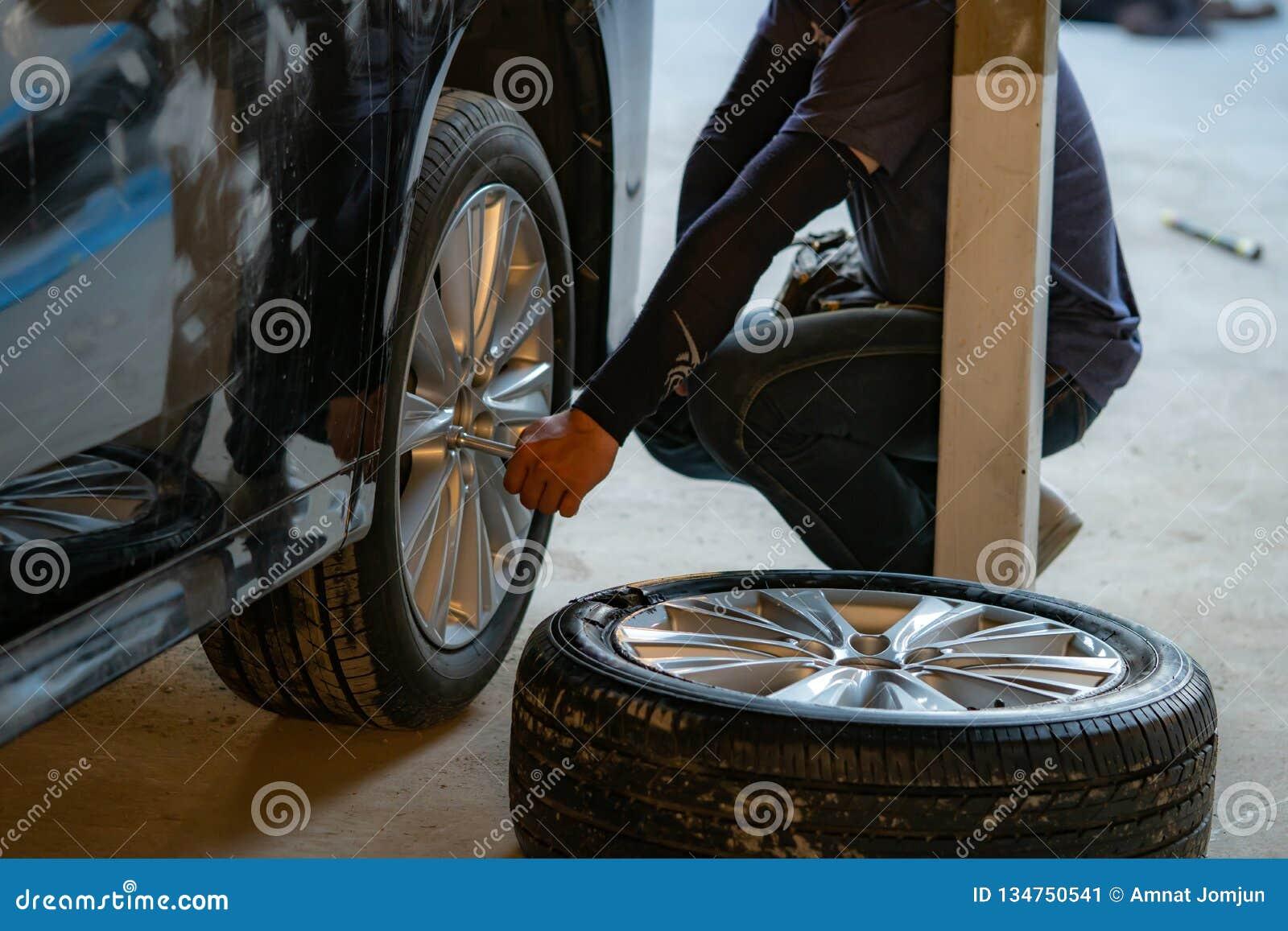 Svart bil, brutet hjul, gummihjulbristning, brutet gummihjul
