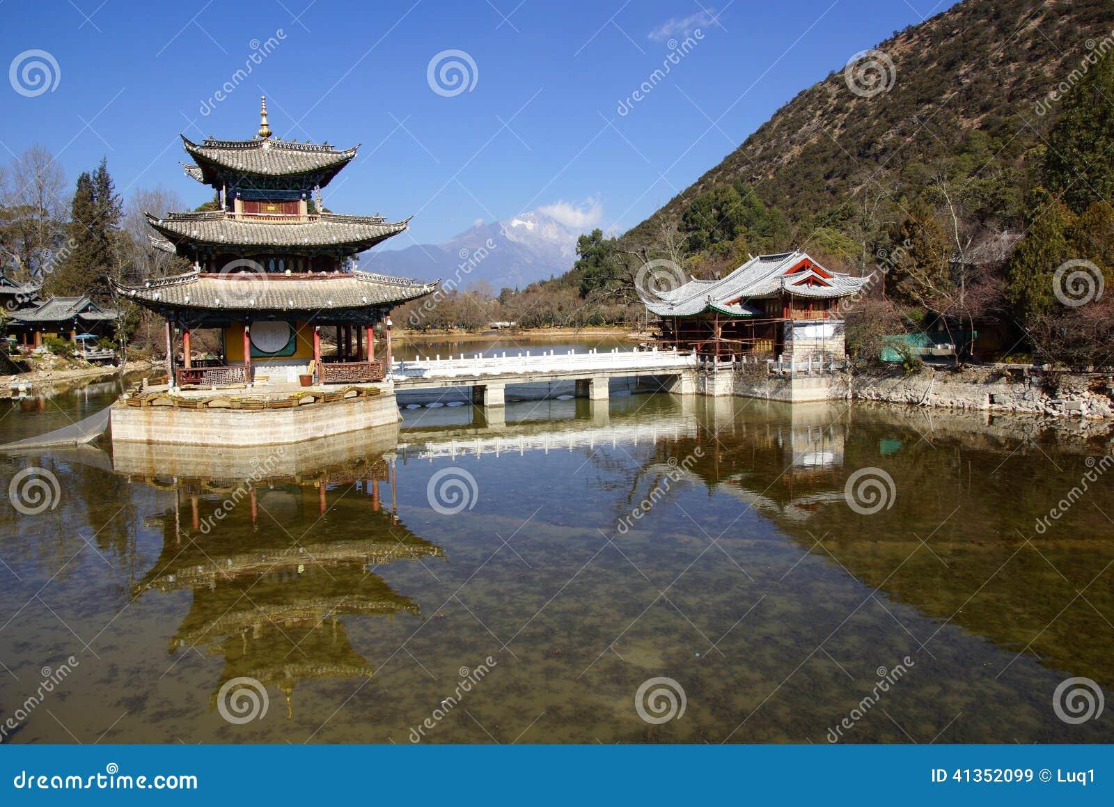 Svart Dragon Pool Jade Dragon Snow berg i Lijiang, Yunnan, Kina