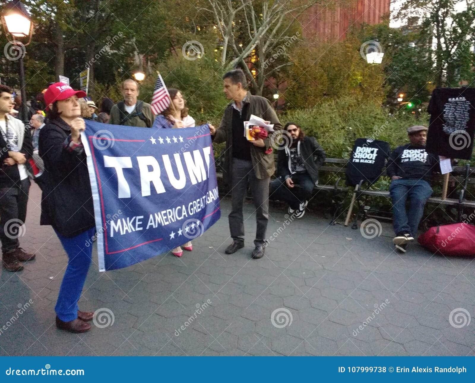 Svart för ` M för fors I för universitetslärare` t? , Politiskt samlar i Washington Square Park, NYC, NY, USA