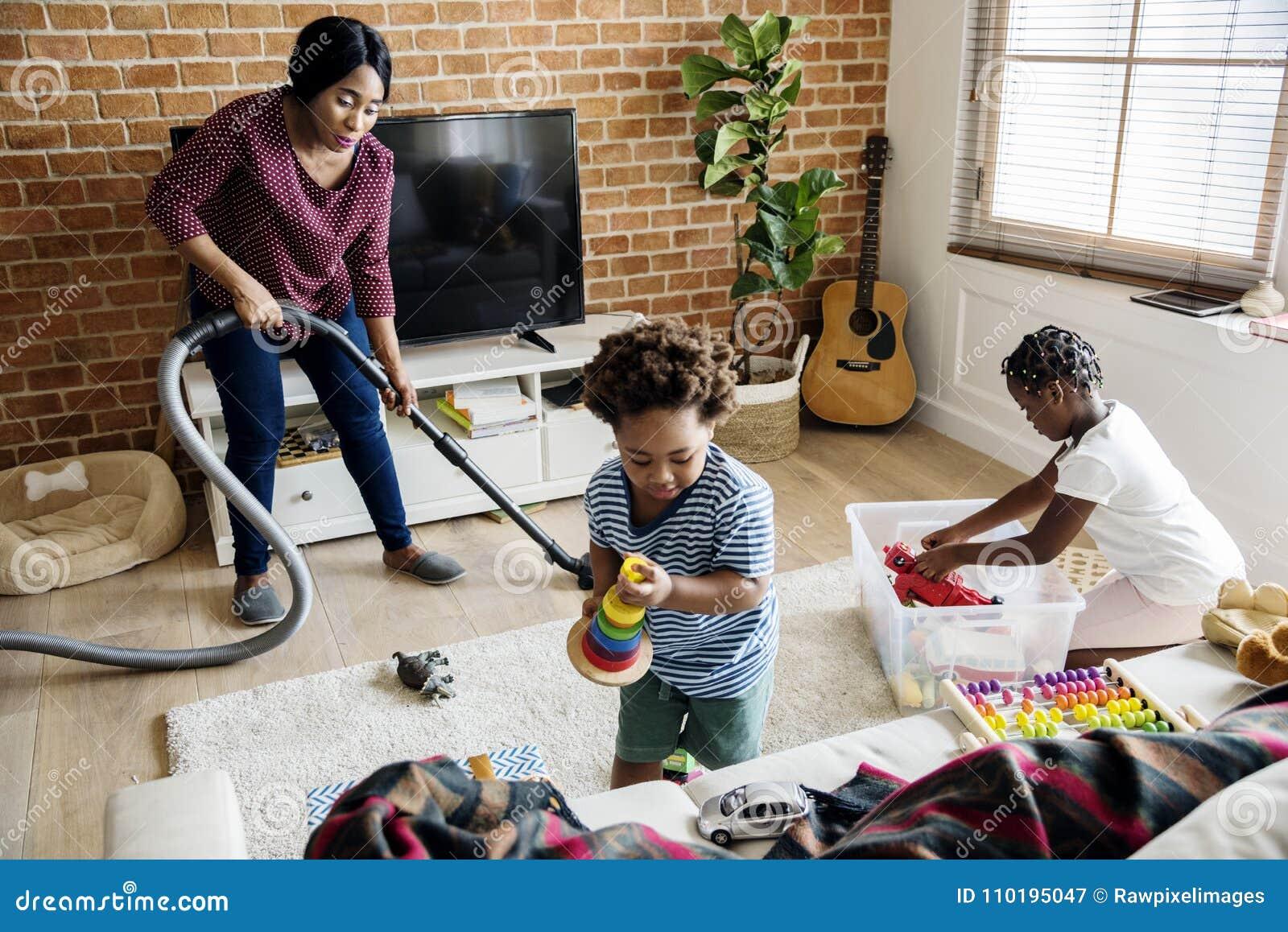 Svart familj som tillsammans gör ren huset