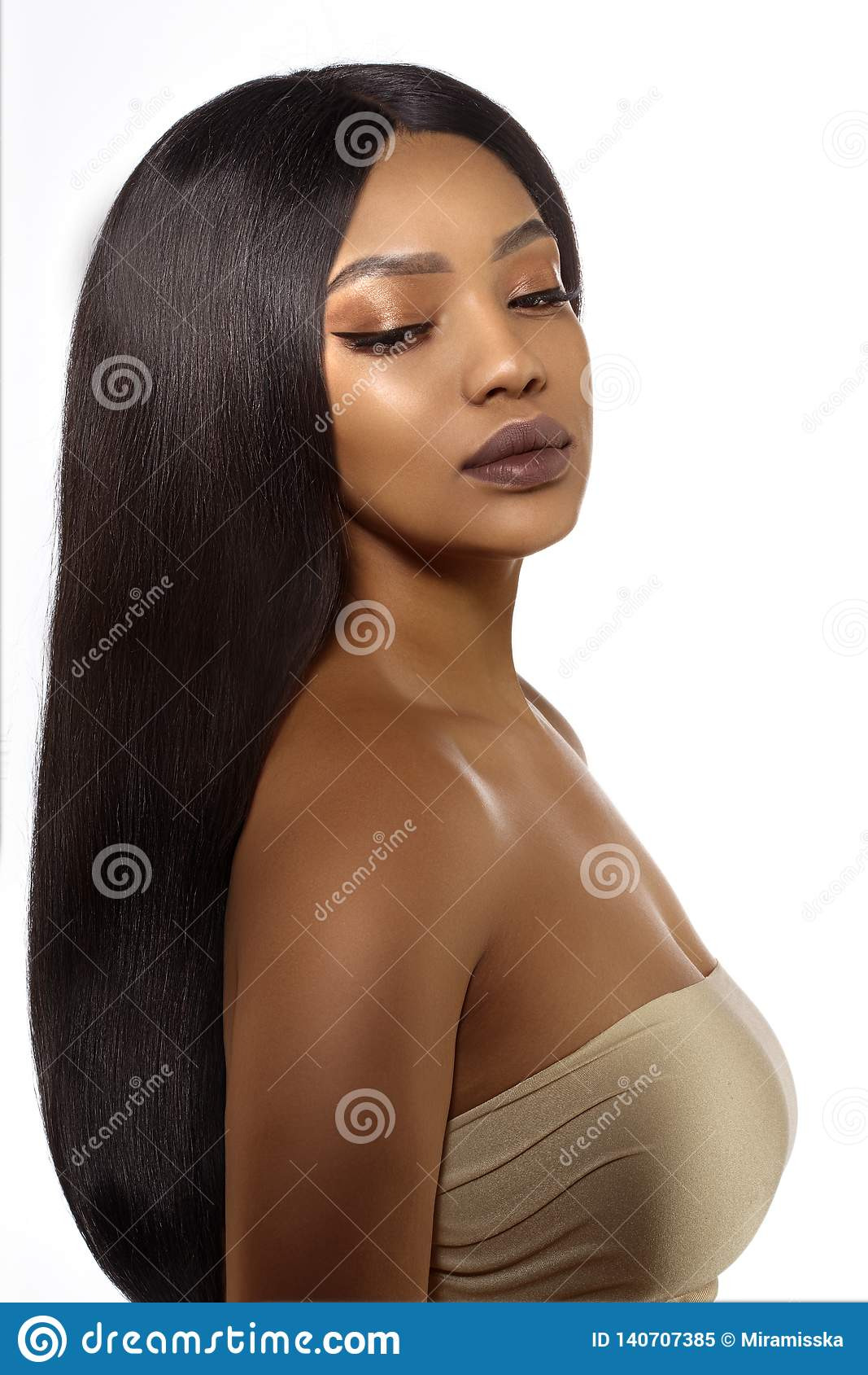 Svart hudkvinna för skönhet i brunnsort Afrikansk etnisk kvinnlig framsida Ung afrikansk amerikanmodell med långt hår