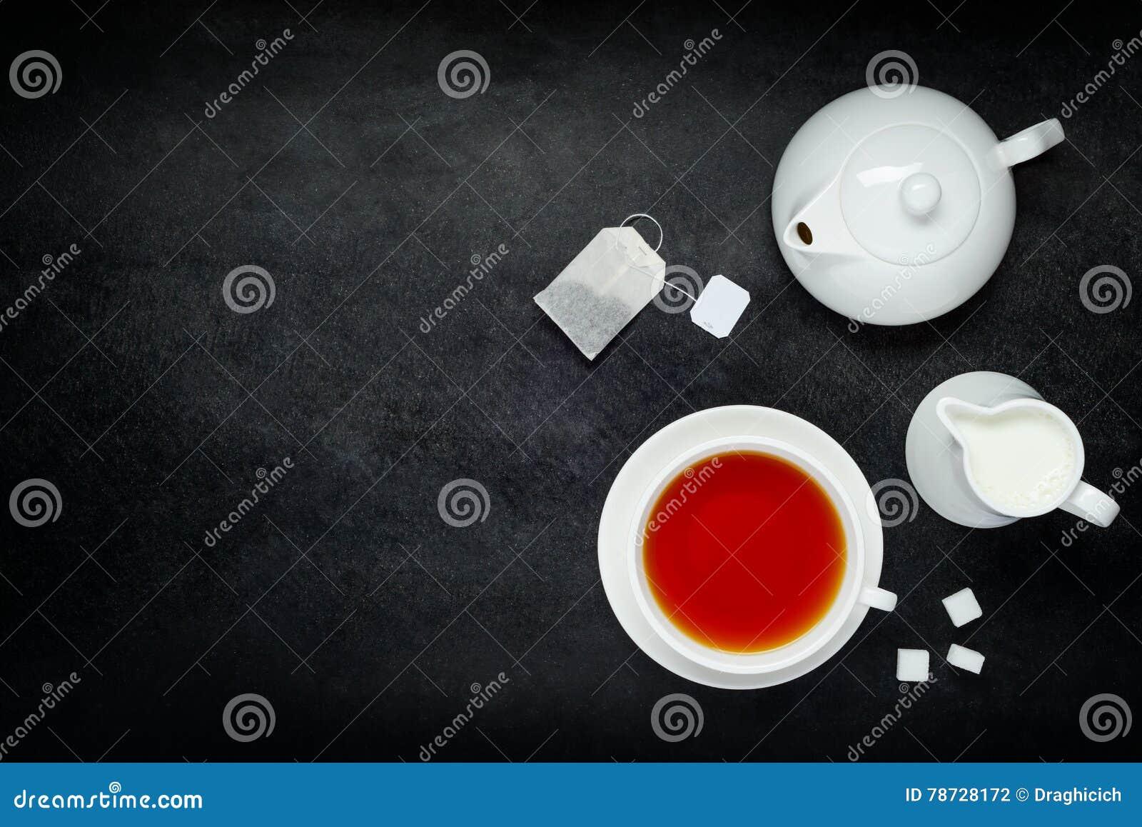 Svart kaffe med mjölkar och kopierar utrymme