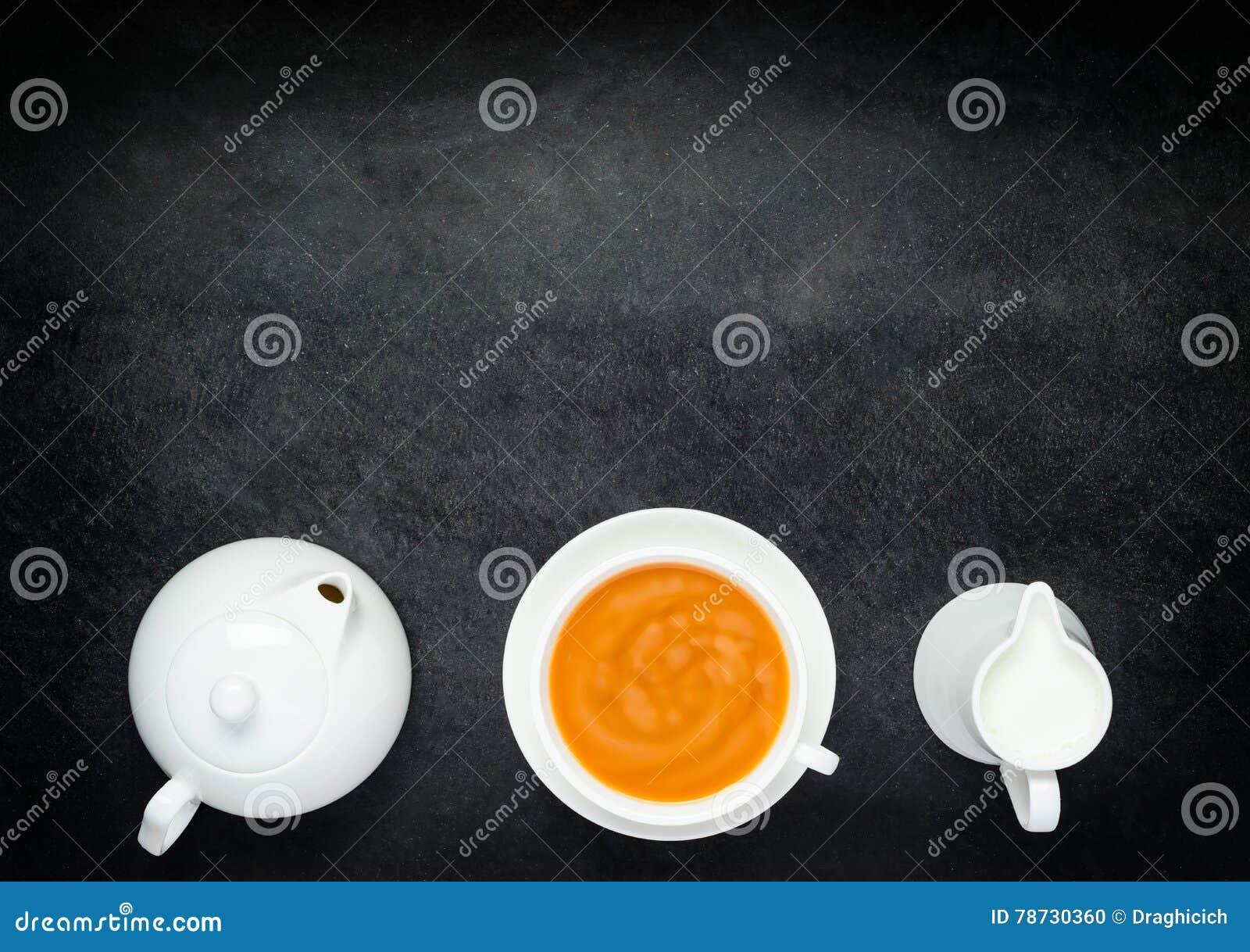 Svart kaffe med mjölkar, tekanna- och kopieringsutrymme