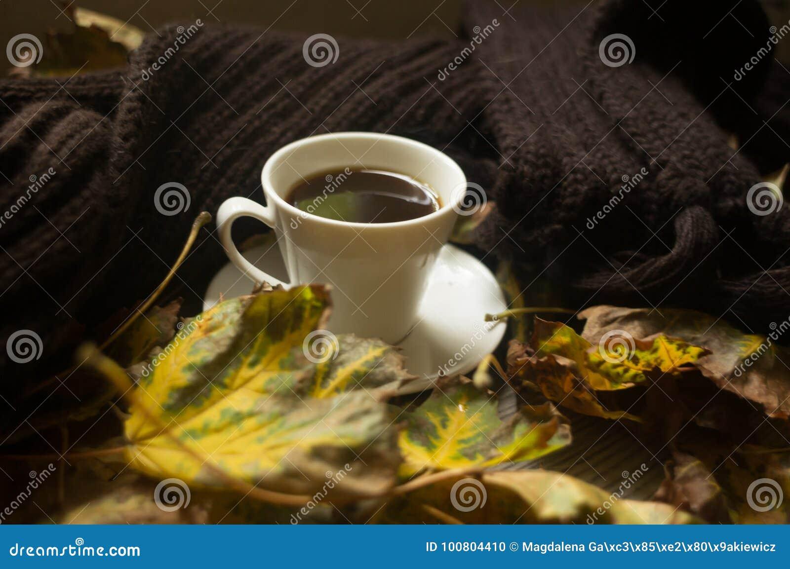 Svart kaffe och höstsidorna, höstbakgrund