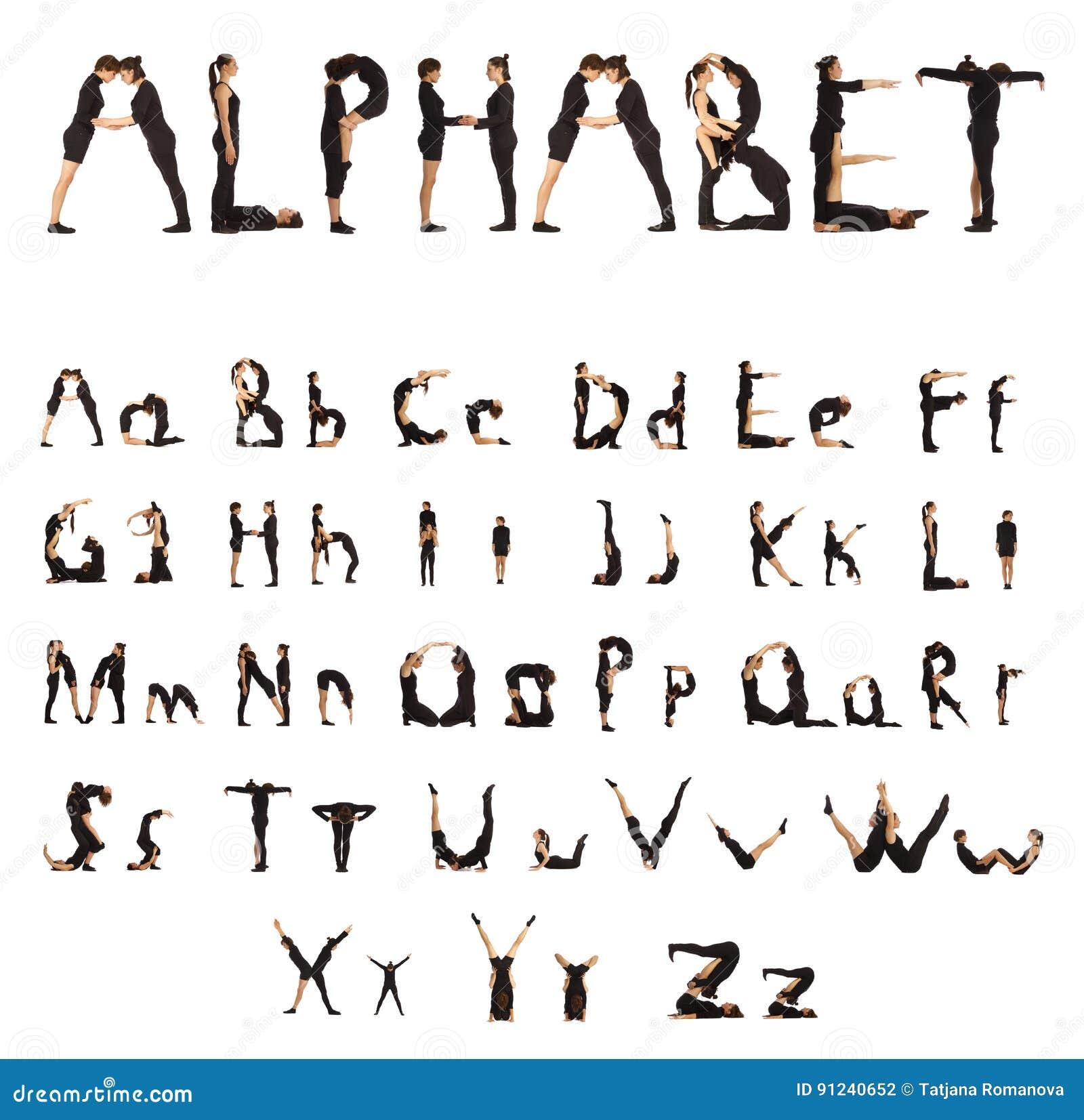 Svart klätt folk som bildar alfabetfolk