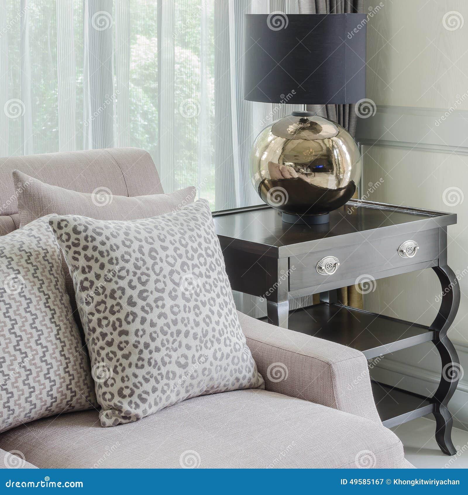 Svart Lampa På Trätabellen I Vardagsrum Arkivfoto - Bild: 69923850