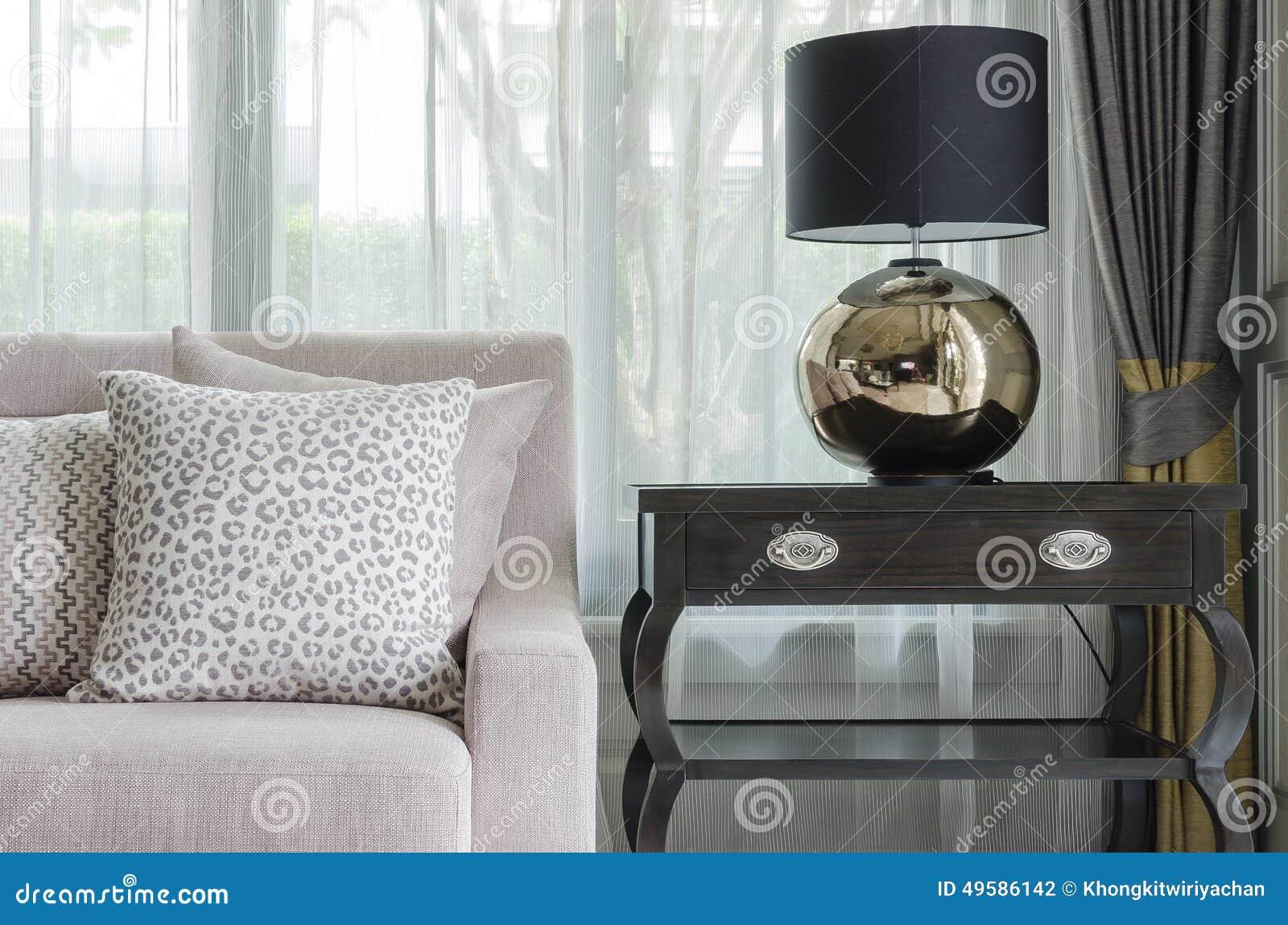 Svart lampa på trätabellen i vardagsrum arkivfoto   bild: 69923850
