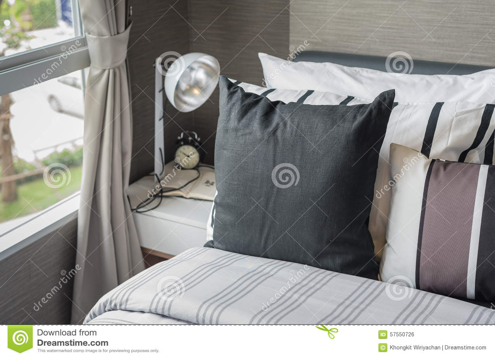 Svart Kudde På Modern Säng I Sovrum Arkivfoto - Bild: 57550726
