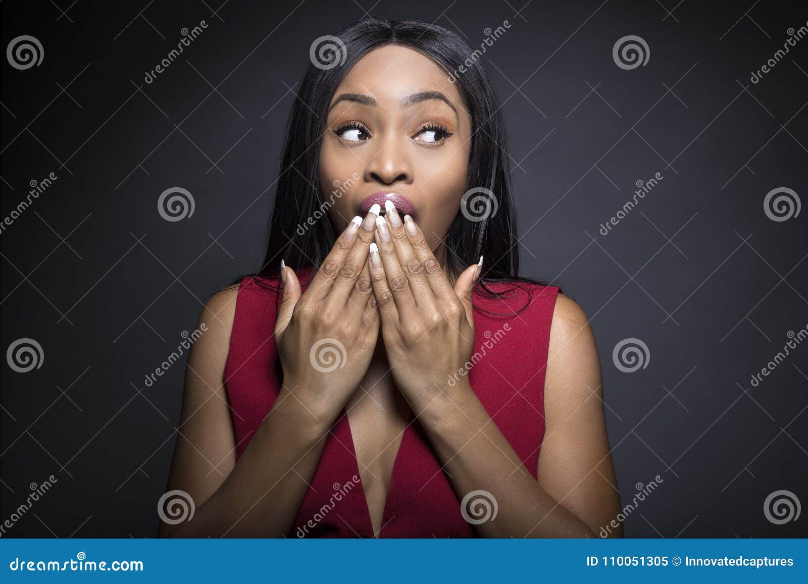 Svart kvinnlig med chockade uttryck