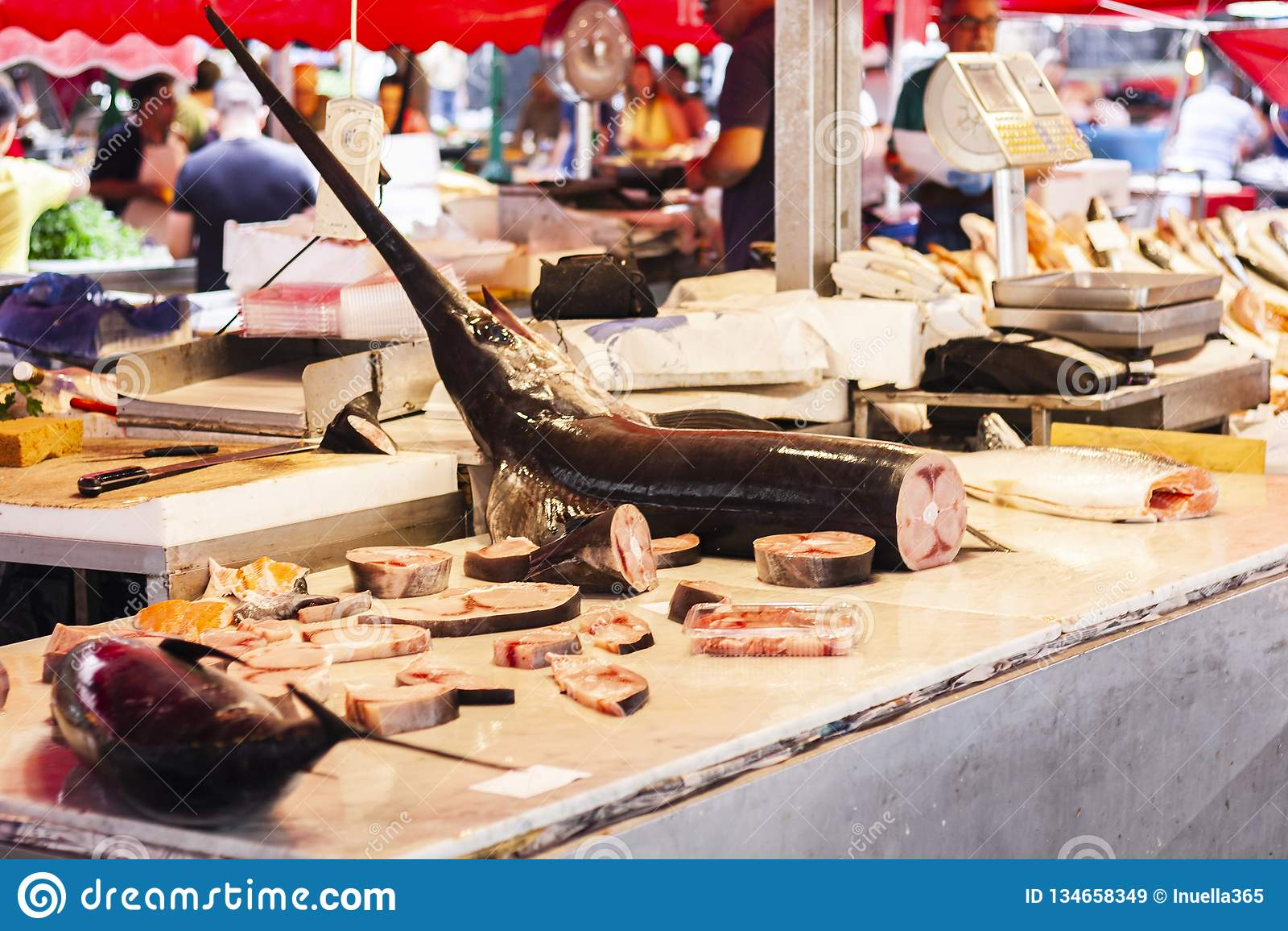 Svart marlin, Istiompax indica till salu i fiskmarknaden av Catania, Sicilien, Italien