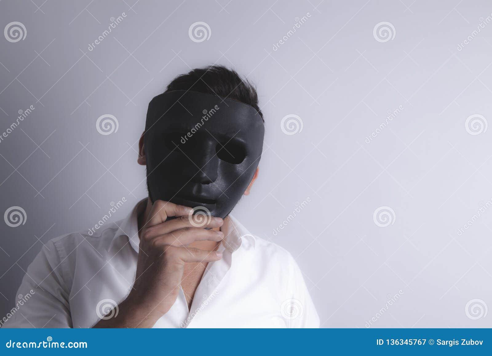 Svart maskerad grabb