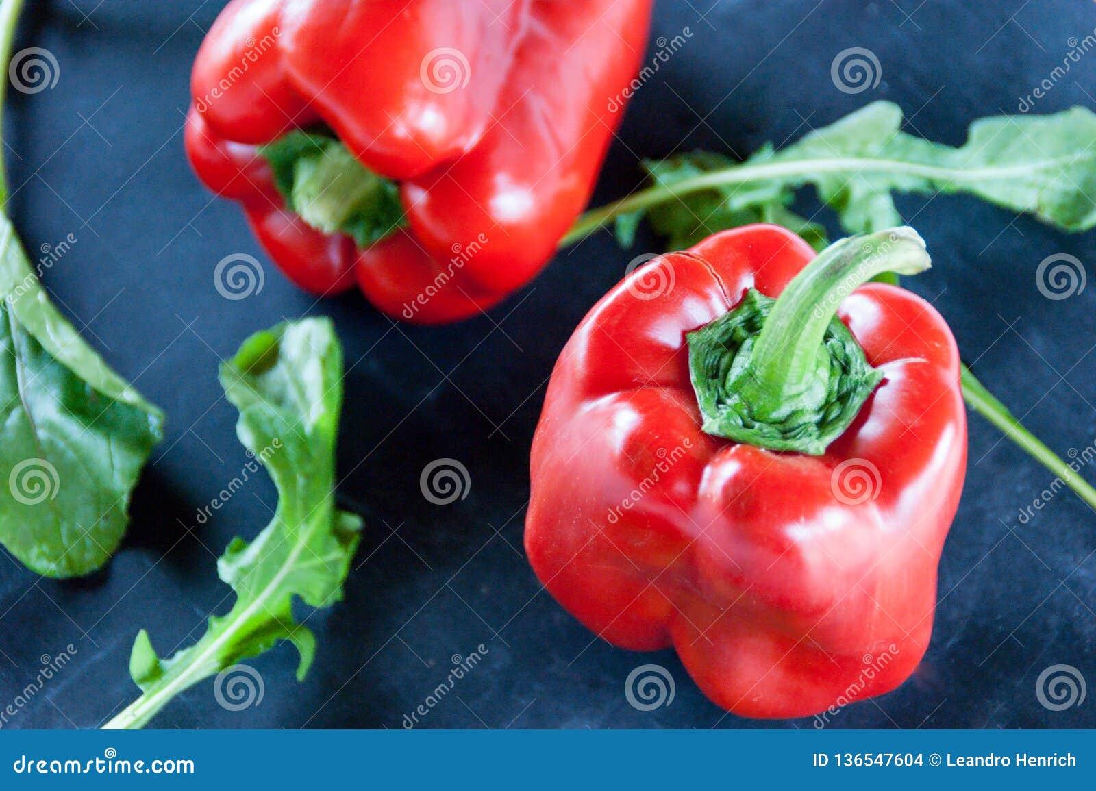 Svart mat: röd peppar och arugula