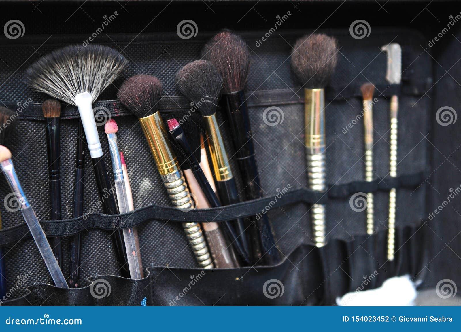 Svart påse med makeupborstar