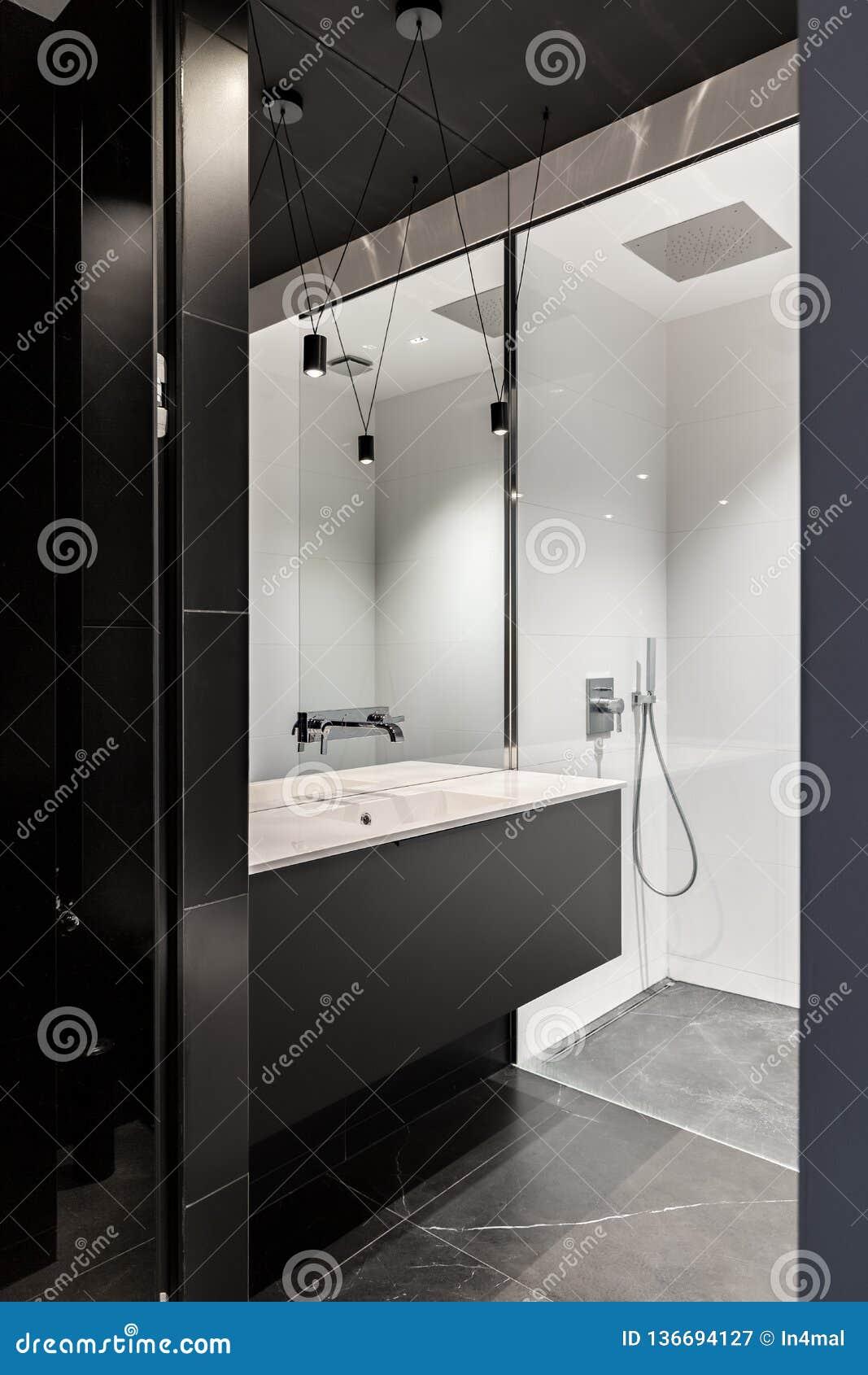 Svart samtida och elegant badrum