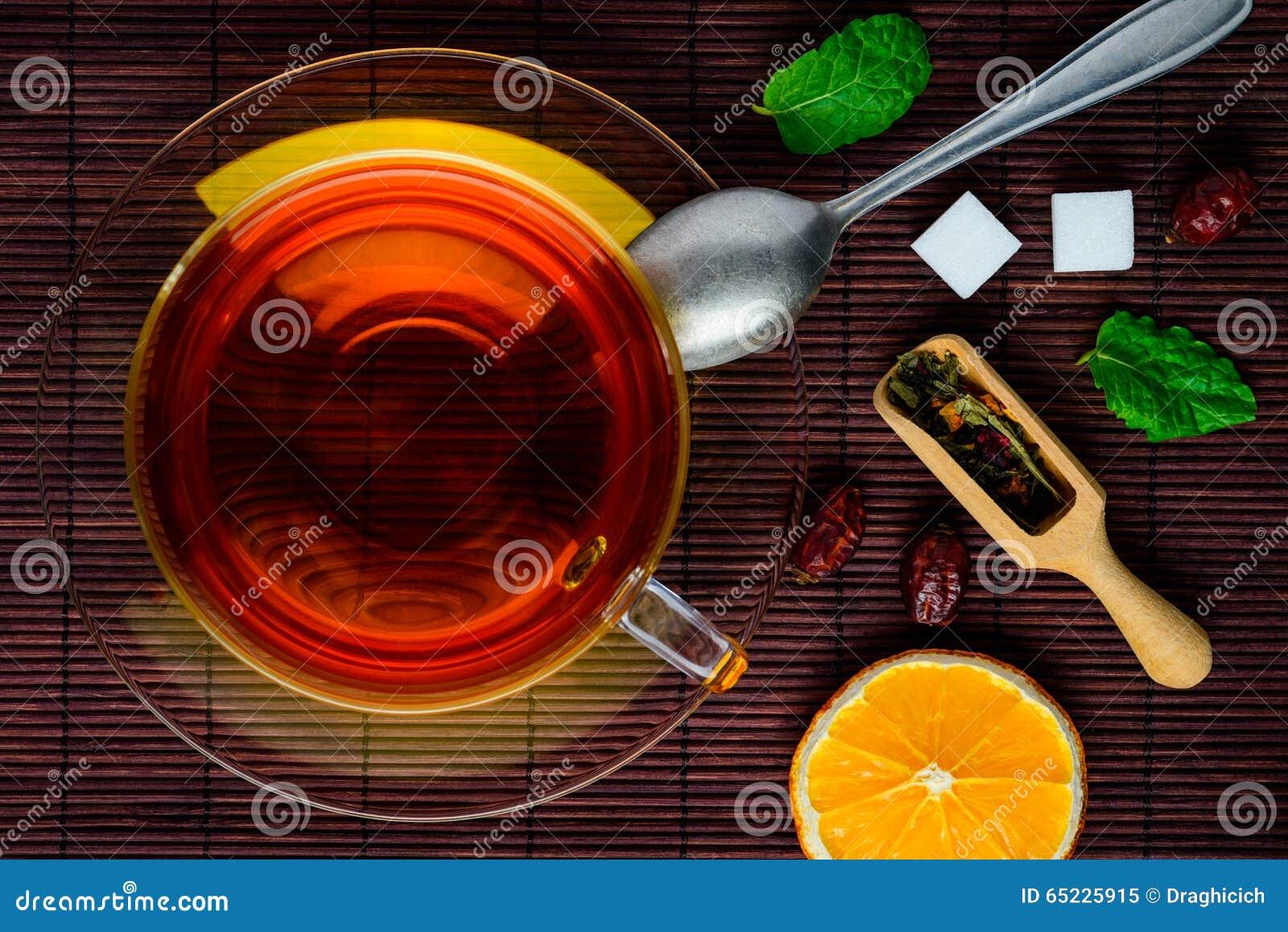 Svart te och torkade frukter