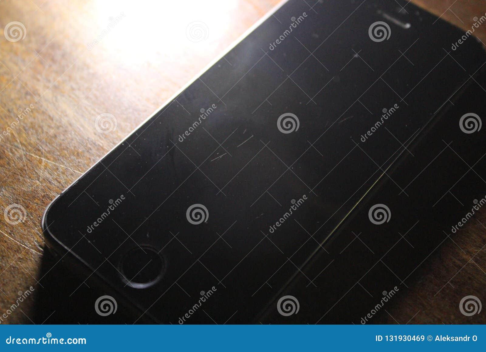 Svart telefon på trä