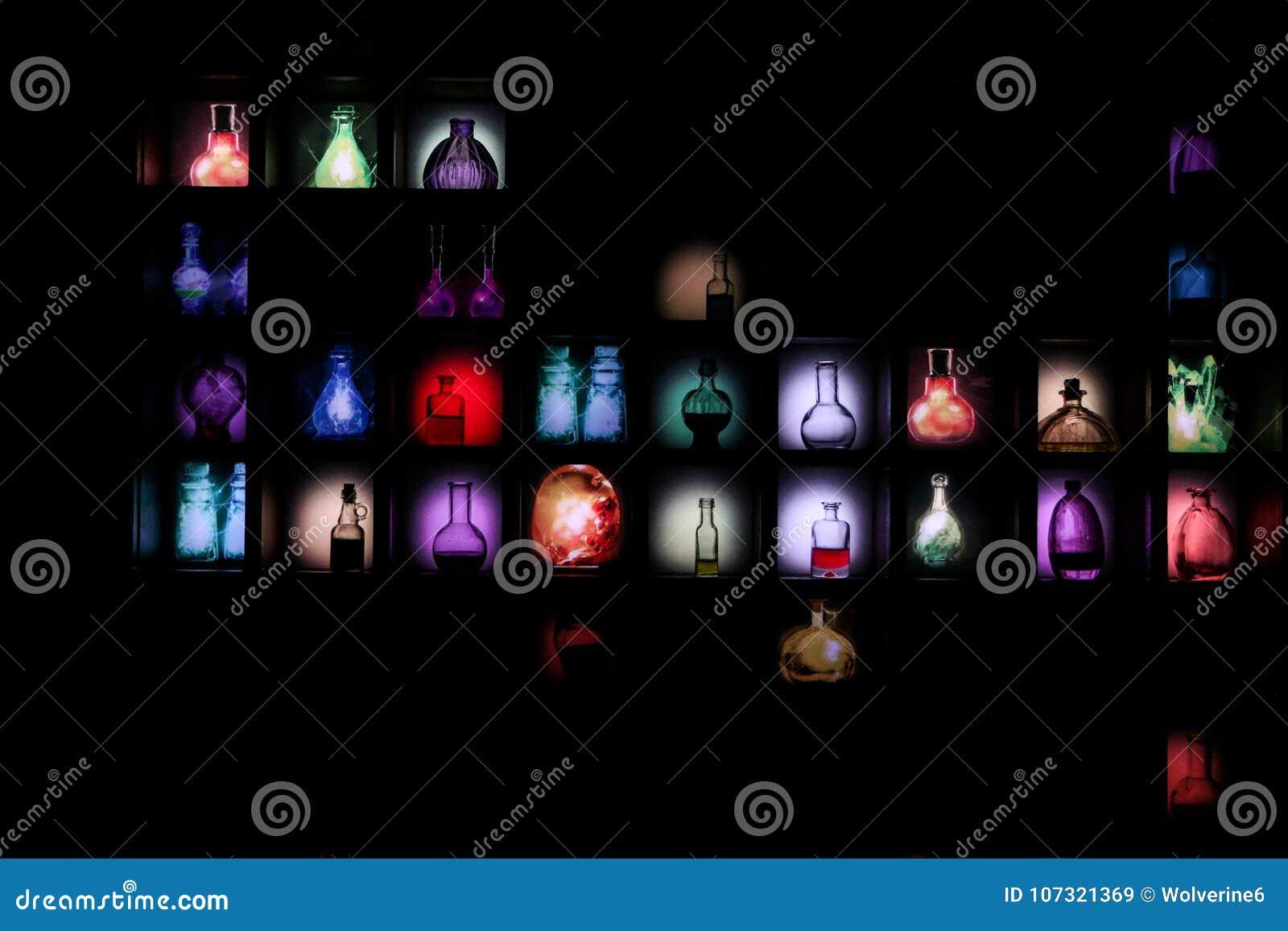 Svart vägg med olika färgrika drycker