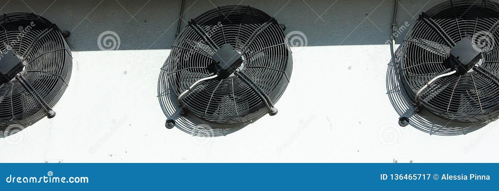 Svart ventilationssystem på en vit vägg