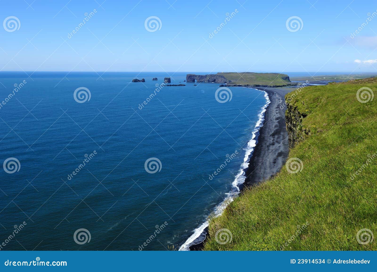 Svart vulkanisk kusticeland sand