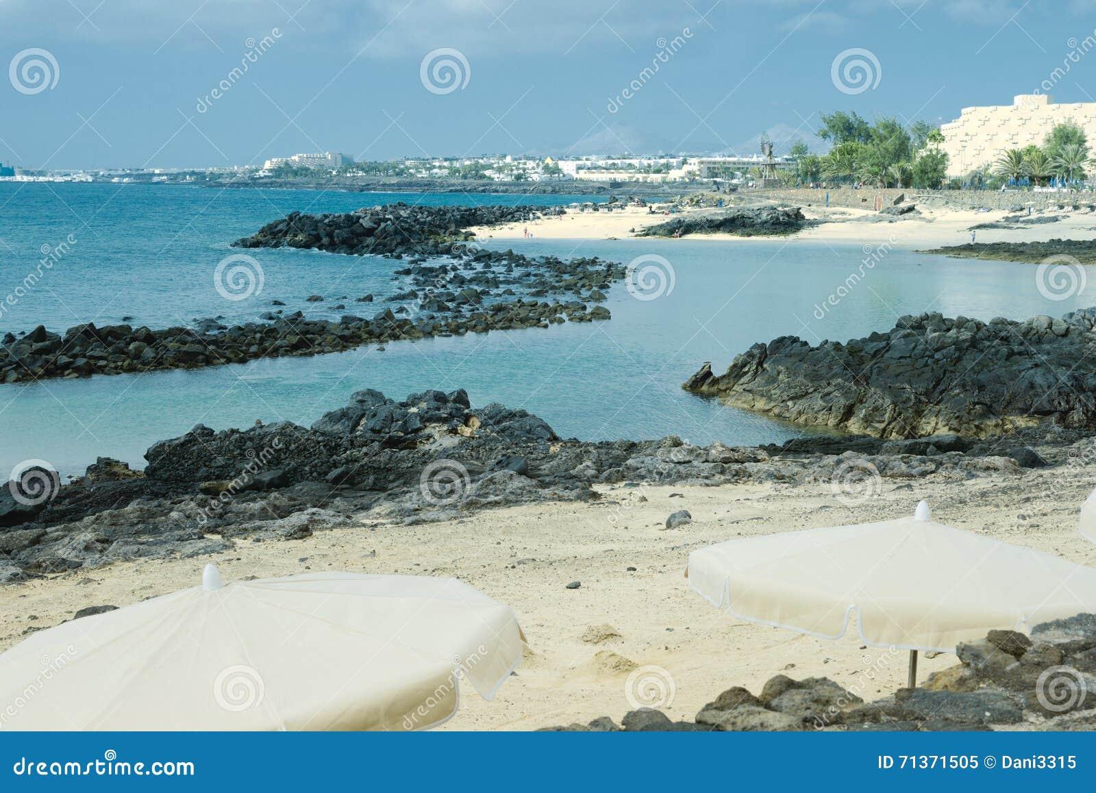 Svart vulkaniskt vaggar längs kustlinjen av Lanzarote, Arrecife