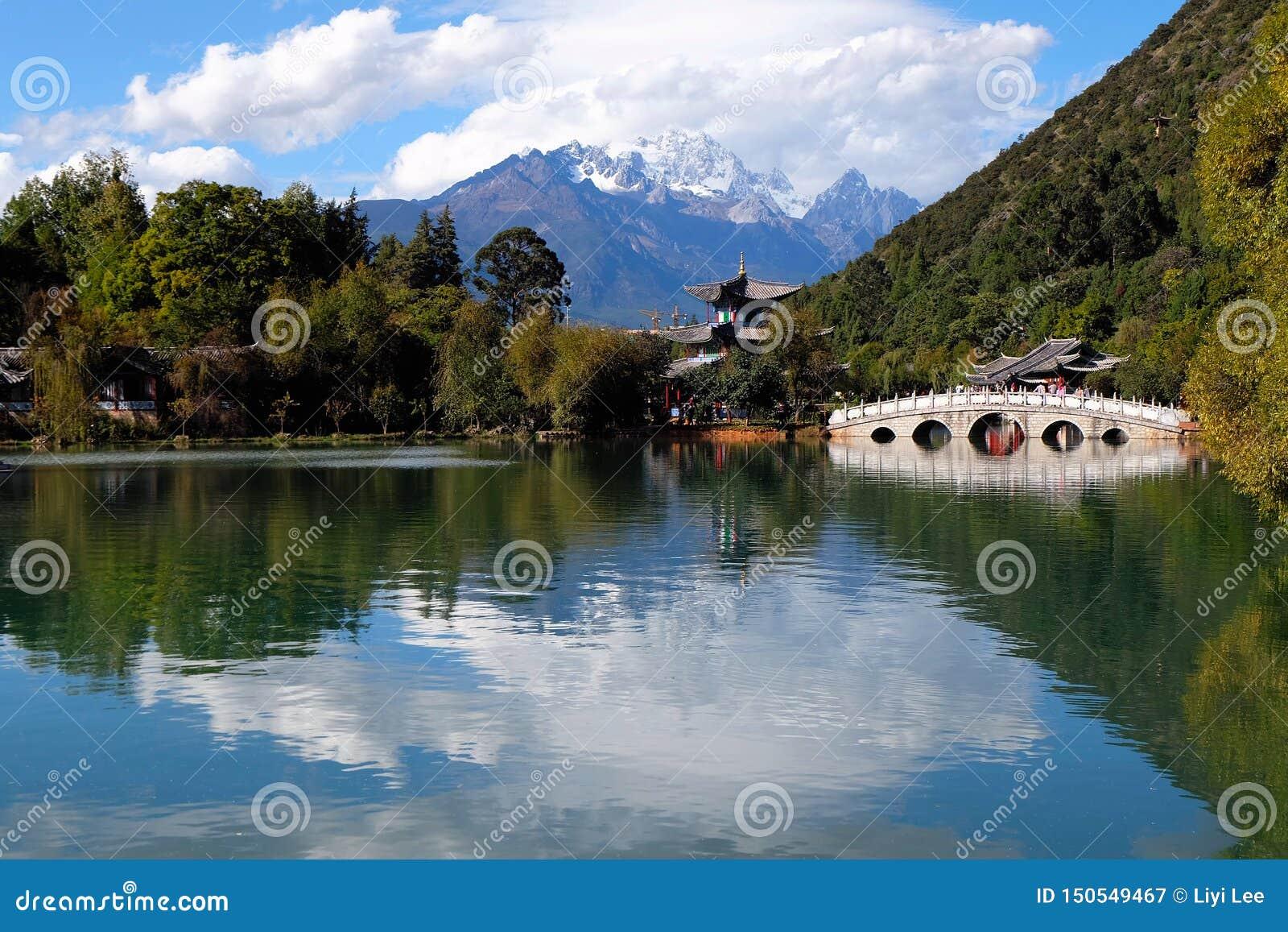Svarta Dragon Pool på Lijiang, Kina